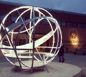 """""""Solkatten"""" av arkitekt Karen Froede och konstnären Mikael Richter vid Stenbackanavet i Karlshamns kommun: Konst som identitetsskapande kraft. Robust konstruktion med tydligt uttryck och möjlighet till interaktion med betraktaren/användaren genom en inbyggd bänk i den belysta skulpturen. Foto: Emina Kovacic"""