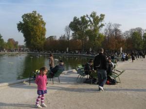 Konst som aktiverar i en park i Paris. Konstinstallation i vattnet som fungerar som ett musikinstrument varje gång en sten, som kastats av parkbesökarna, träffar dess ytor. Det uppstår ljuvlig musik som öppnar upp för spontana samtal med människor man inte vet så mycket om.. Foto: Emina Kovacic
