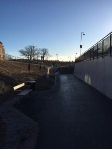 Planskild korsning Bergåsa, Karlskrona kommun: Otrygg och icke estetiskt tilltalande lösning med en plötslig sväng och en bänk placerad i skugga, vänd mot en hög intetsägande sockel