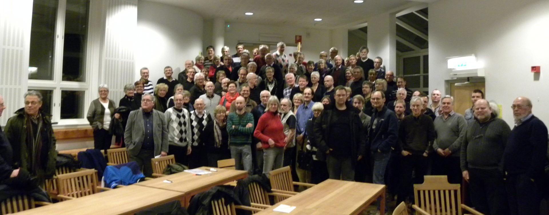 Gruppfoto med engagerade medborgare, taget i samband med ett känsloladdat samrådsmöte om planprogram för Vägga, ett område av stort intresse för kommuninvånarna. Foto: Jonas Olsson