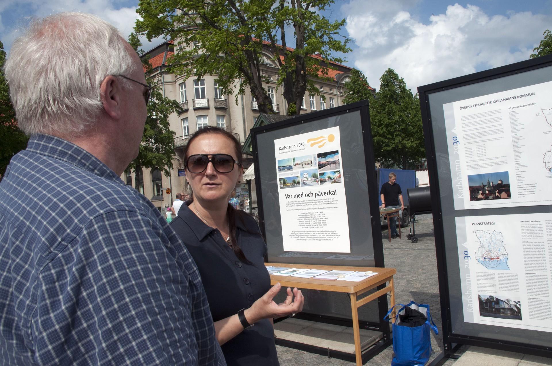 Dialog med kommuninvånarna kan se ut på många olika sätt. Här diskuterar bloggförfattaren långsiktiga förändringar med en medborgare en solig lördag på Stortorget i Karlshamn. Foto Annette Sandberg