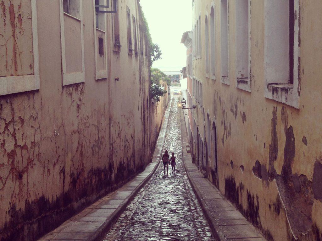 """Sao Louis i Brasilien är en av de vackraste men också mest segregerade städer jag besökt. Som Unescos världsarv är staden ett självklart resmål ur kulturmiljösynpunkt men då trygghet är en bristvara och """"gated communities"""" ett vanligt förekommande fenomen rör man sig enbart dagtid i de centrala delarna av staden. Tydliga kontraster i form av myllrande och levande handelsgator och tomma otrygga gränder avslöjar de socioekonomiska skillnaderna. Foto: Emina Kovacic"""