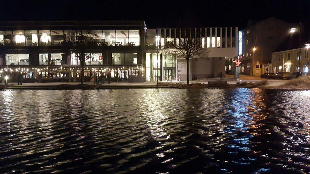 Ågatan i centrala Karlshamn med en vattennivå långt över det normala. Gång- och cykelstråket, parkbänkar och den allmänna belysningen dränkt i vatten från Mieån. Foto: Thomas Norman