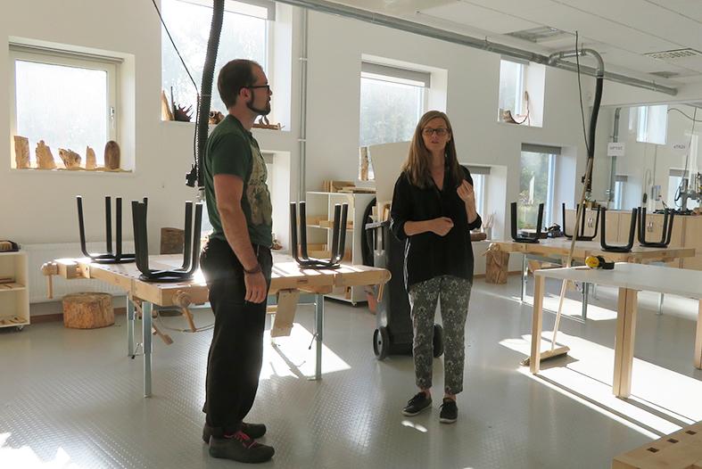 Slöjdläraren Adam och Glömstaskolans arkitekt Åsa Rodenkirchen Machado i slöjdsalen.