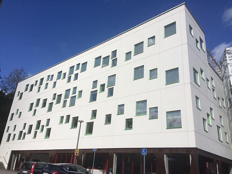 Glömstaskolan med sin oregelbundna fönstersättning. Foto: Edita Hasanagić