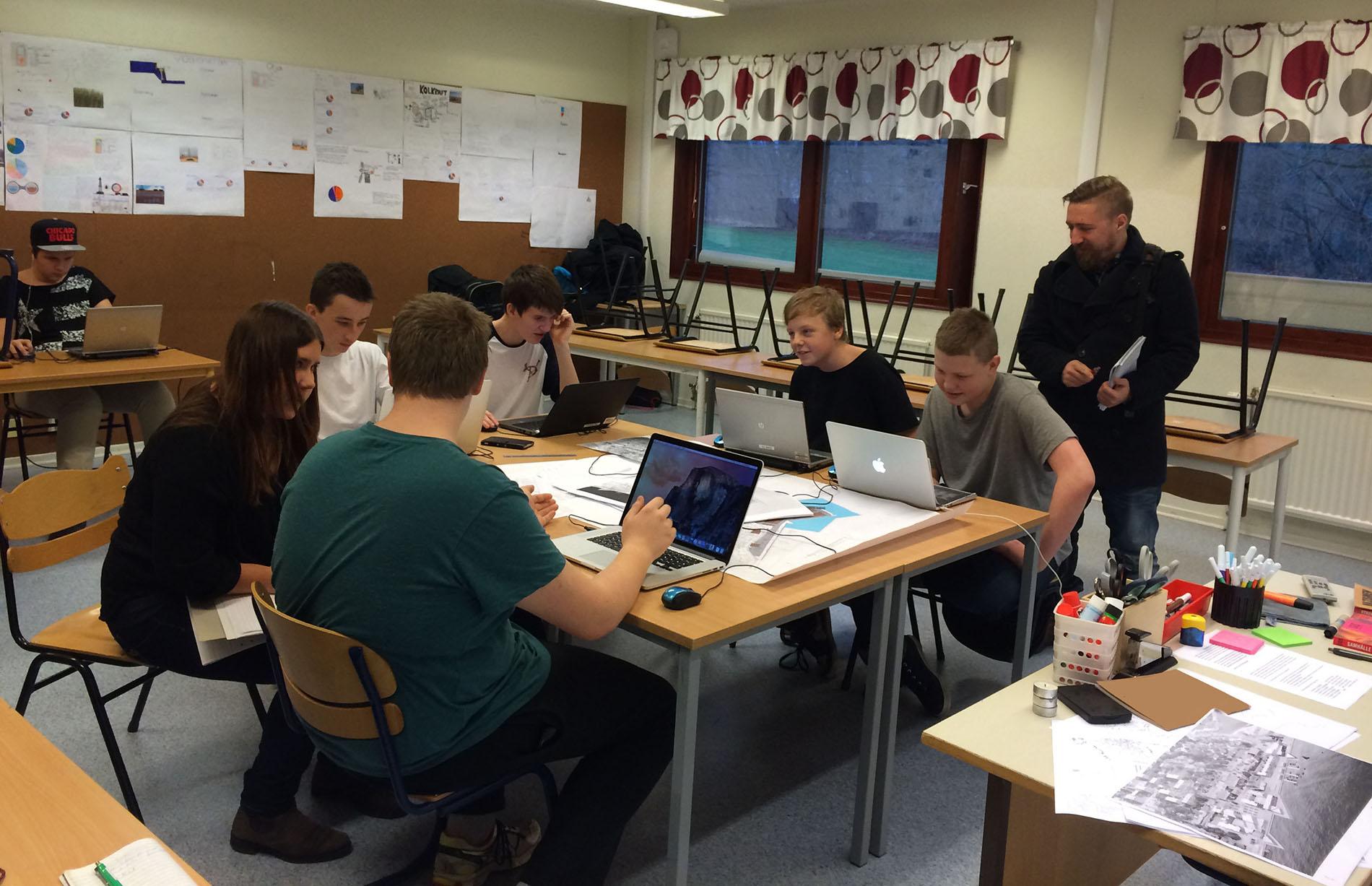 Journalister från Blekinge Läns tidning och Sydöstran intervjuar elever på Norrevångsskolan i samband med vårt samarbete kring 3D-printprojektet. Foto: Emina Kovacic
