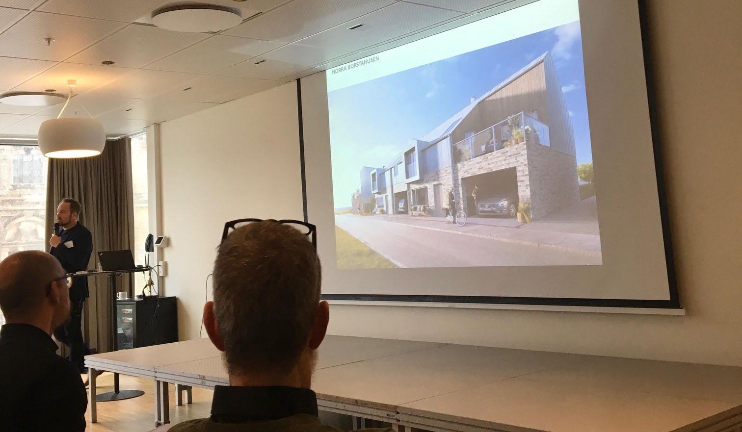 Stadsbyggnadschef Johan Nilsson berättar engagerat om några av de intressanta projekt som just nu är aktuella i Landskrona kommun (som förra året välförtjänt tävlade om titeln årets arkitekturkommun). Foto: Emina Kovacic