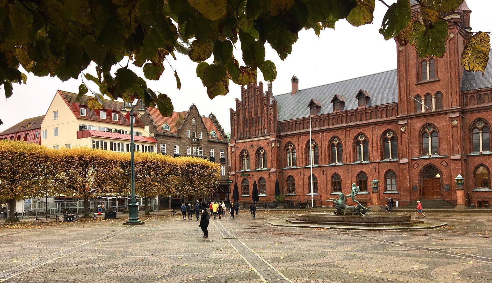 Det ståtliga och väl definierade Rådhustorget i Landskrona. Foto: Emina