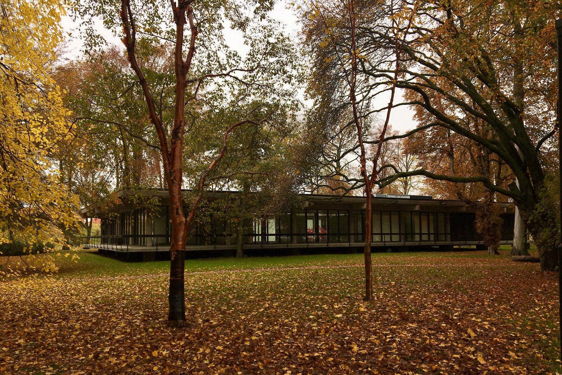 Varsamt placerad och omsluten av den vackra parken är konsthallen av Fritz Jaenecke och Sten Samuelsson (byggnadsår 1963) en äkta modernistisk pärla. Foto: Emina Kovacic