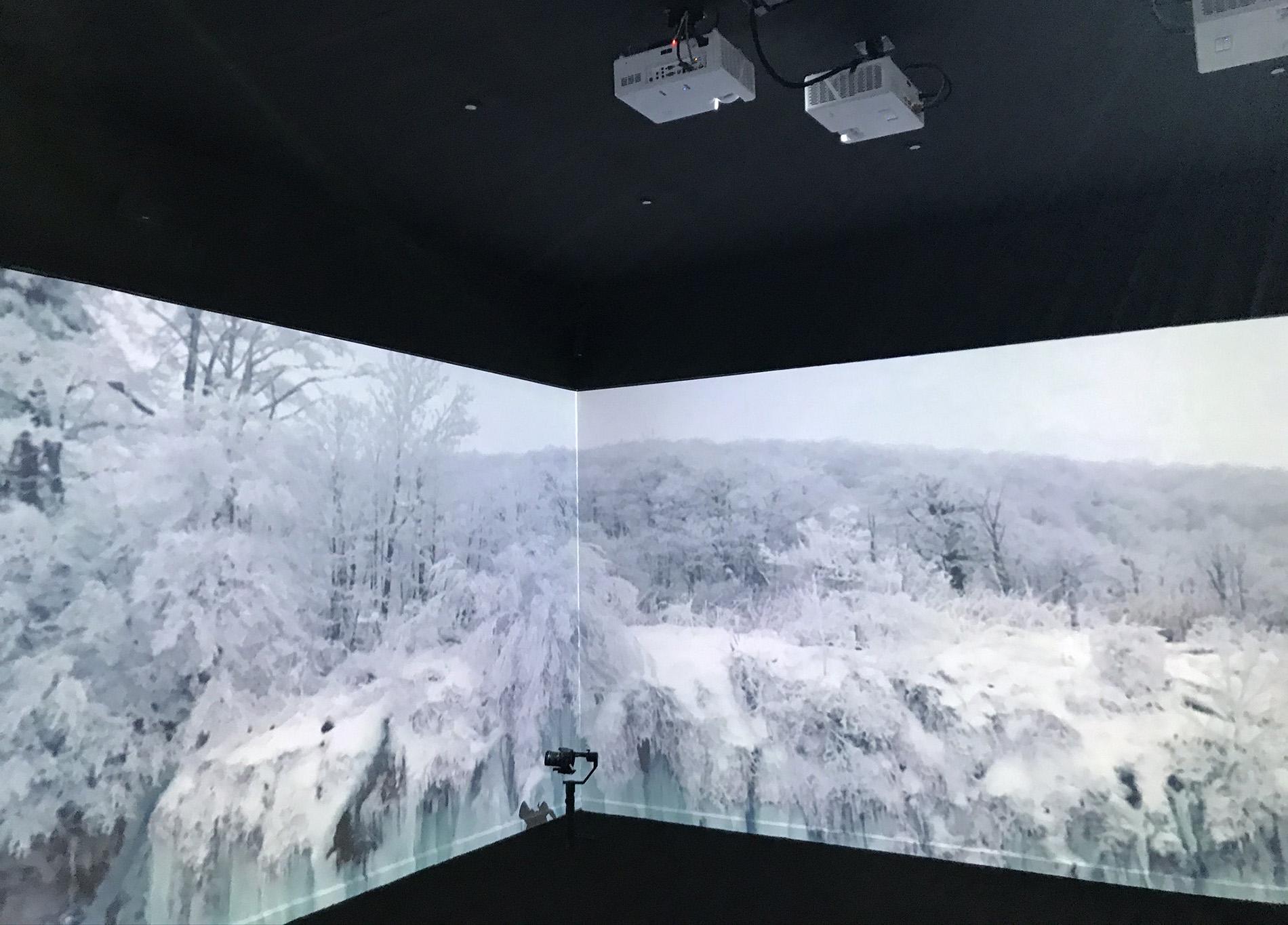Rum med 8 projektorer och streamad film från Youtube. Foto: Louise Lindqvist Sassene