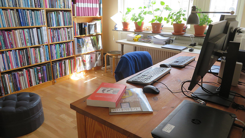 Plats för arbetsbord behövs, nu när alla ska arbeta hemifrån. Foto: Monika Albertsson