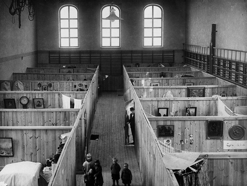 Provisorisk nödbostad i en gymnastiksal 1925. Foto: Stockholms stadsmuseum