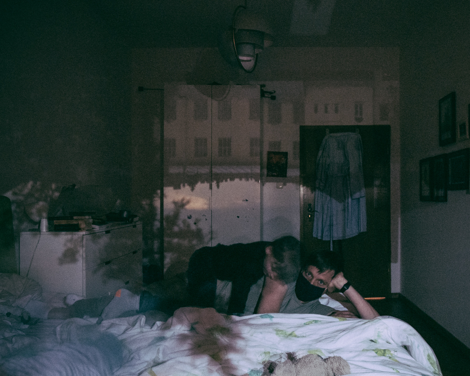 Fotograf Martin Martinsson har förvandlat sitt sovrum till ett camera obscura genom att täcka fönstren med papper och plast med en 2 cm stort hål där ljuset kommer in.